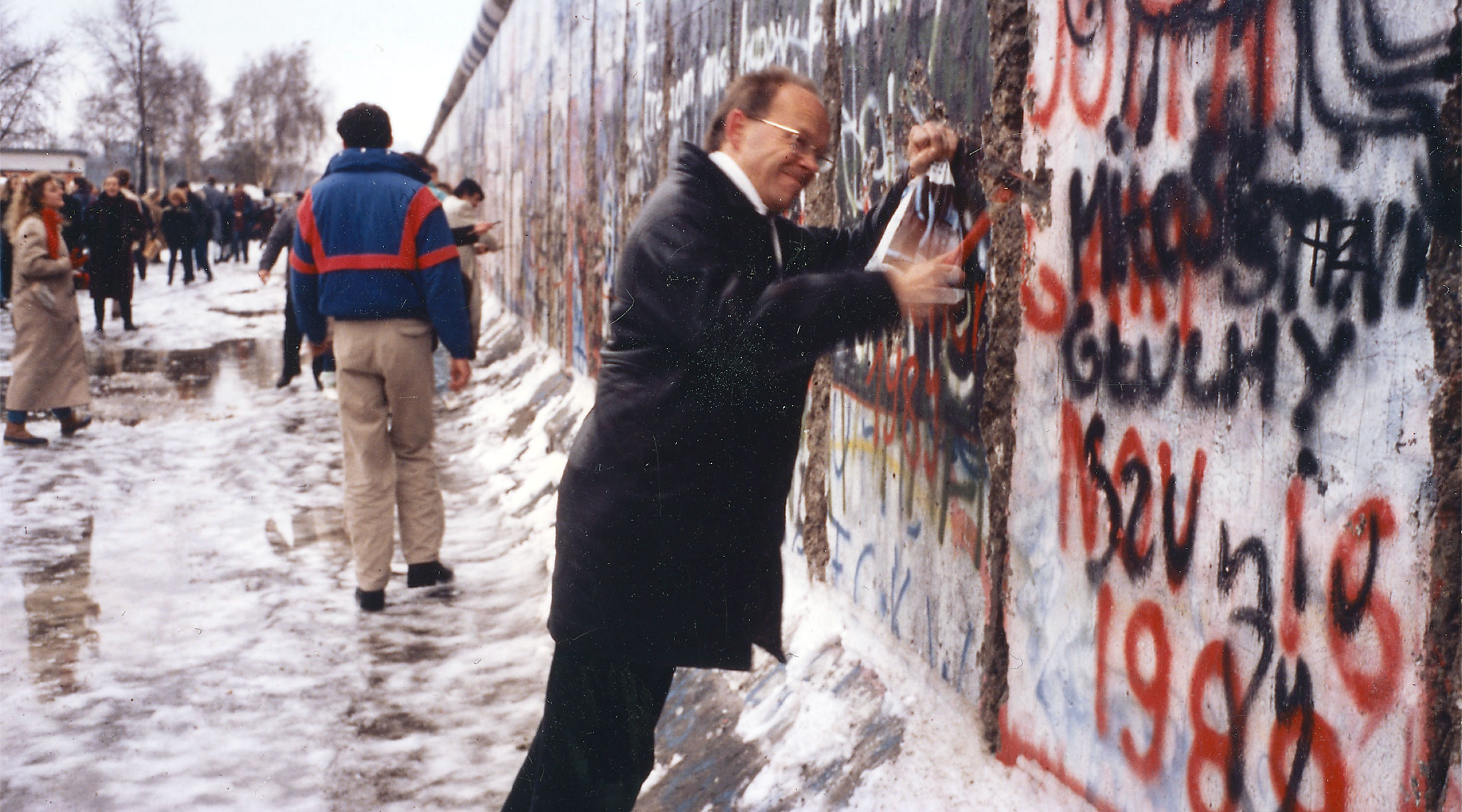 Erik Spiekermann as wallpecker in Winter 1989: When the Wall came down, optimism and audacity soon spread in Berlin, from which FontShop was also infected.